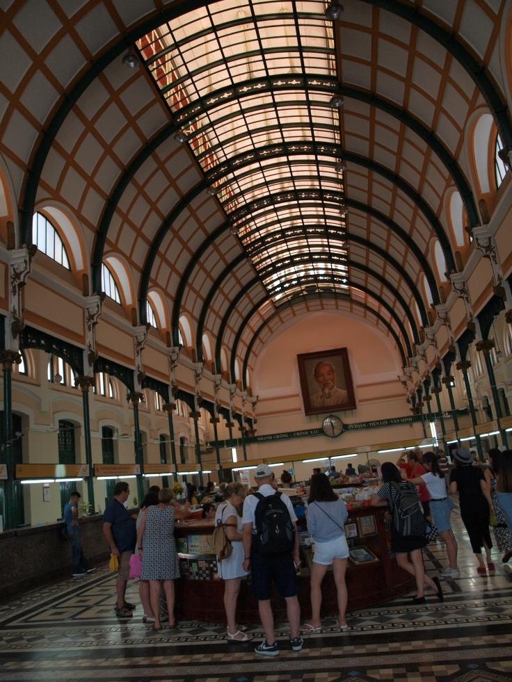 Wnętrze poczty w Sajgonie